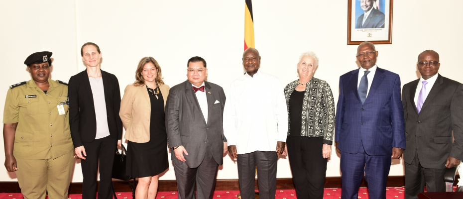 Museveni, Pham on his right and other officials after the meeting. PPU photo