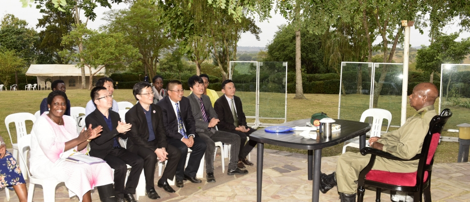 Museveni engaging the Chinese delegation in Rwakitura. PPU photo