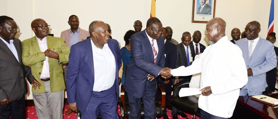 President Yoweri Museveni interacts with the Zimbabwe delegation at State House Entebbe. PPU photo