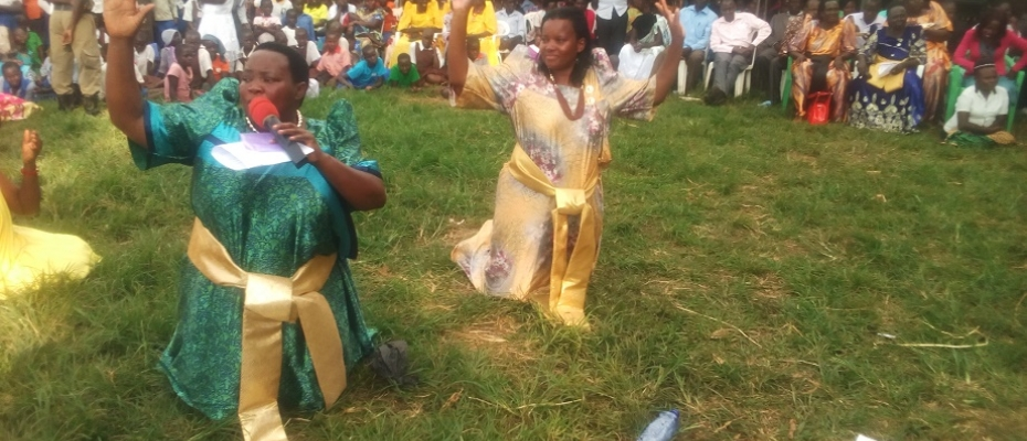 MPs Nabanja (left) and Tophas Byagira beg voters in Kikuube. Photo by Johnbosco Tugume